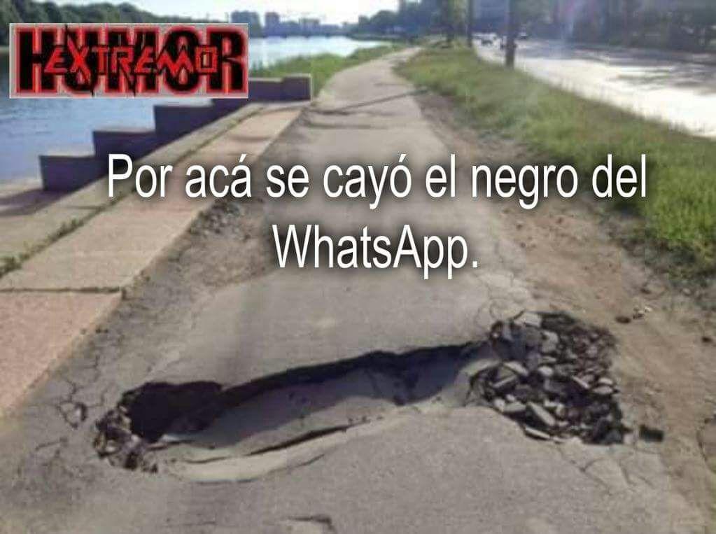 Socavon en la carretera por culpa del negro del whatsapp